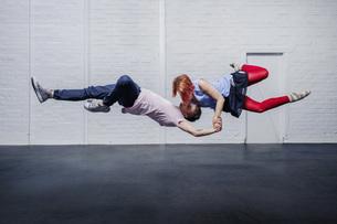 Modern aerial dancers performingの写真素材 [FYI04323893]