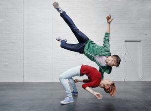 Modern aerialist dancers performingの写真素材 [FYI04323897]