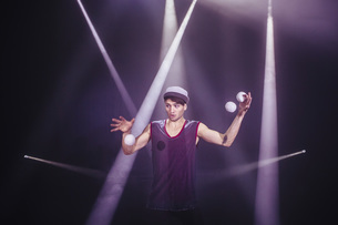 Male performer juggling on stageの写真素材 [FYI04323898]
