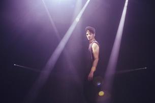 Portrait confident male modern dancer on stageの写真素材 [FYI04323902]
