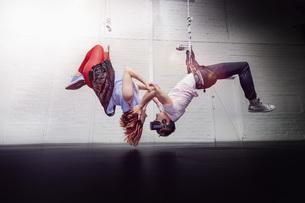 Modern aerialist dancers hangingの写真素材 [FYI04323908]