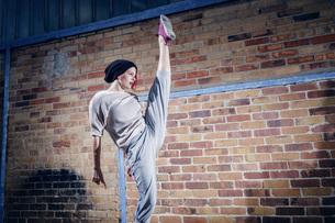 Agile female modern dancer performingの写真素材 [FYI04323910]
