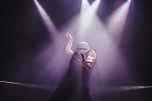 Modern dancer performing on stageの写真素材 [FYI04323912]