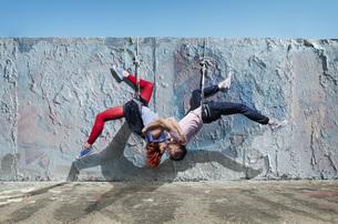Modern aerialist dancers kissing, hanging upside-downの写真素材 [FYI04323913]