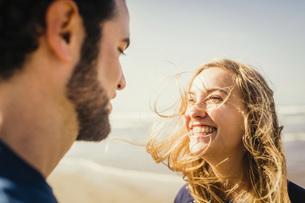 Happy couple on sunny beachの写真素材 [FYI04323986]