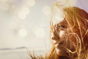 Serene woman enjoying sunshineの写真素材 [FYI04323990]
