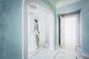 Elegant bride in lace wedding dressの写真素材 [FYI04323995]