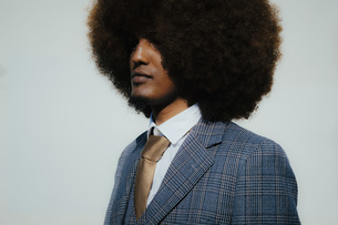 Portrait serious well-dressed young man with afroの写真素材 [FYI04324028]