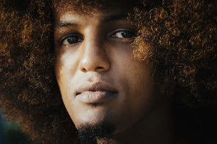 Close up portrait confident, serious young man with afroの写真素材 [FYI04324044]