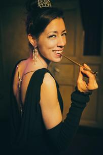 Portrait smiling, elegant, well-dressed womanの写真素材 [FYI04324052]
