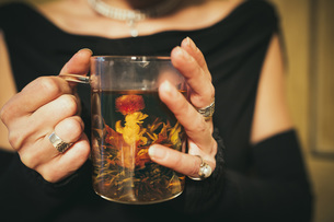 Close up woman drinking blooming teaの写真素材 [FYI04324053]
