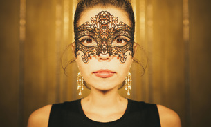 Portrait serious, beautiful woman in masquerade maskの写真素材 [FYI04324055]