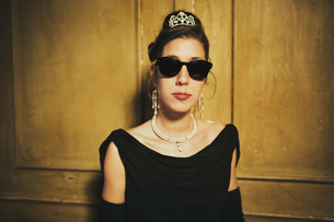 Portrait confident, cool elegant woman wearing sunglasses and tiaraの写真素材 [FYI04324061]