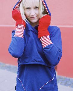 Portrait confident woman in warm clothingの写真素材 [FYI04324071]