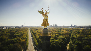 Drone point of view Victory Column and sunny Tiergarten Park, Berlin, Germanyの写真素材 [FYI04324079]