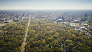 Drone point of view sunny Tiergarten Park and Berlin cityscape, Germanyの写真素材 [FYI04324080]