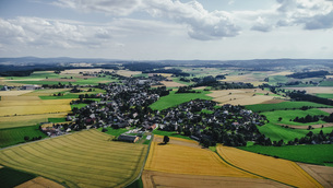 Drone point of view sunny view farmland and rural townscape, Bayern, Germanyの写真素材 [FYI04324082]
