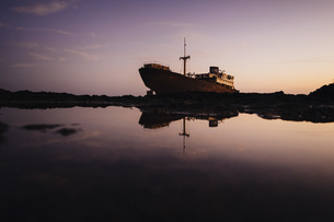 Stranded boat, Costa Teguise, Canary Islands, Spainの写真素材 [FYI04324102]