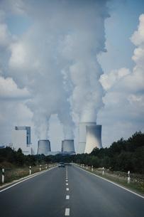 Smoke emitting from Boxberg Power Station smokestacks, Brandenburg, Germanyの写真素材 [FYI04324110]