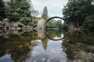 Tranquil Rakotzbruecke Devils Bridge, Rakotzbruecke, Brandenburg, Germanyの写真素材 [FYI04324111]
