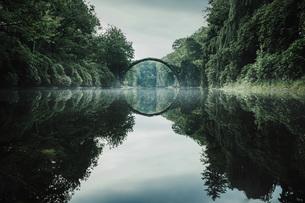 Tranquil Rakotzbruecke Devils Bridge, Rakotzbruecke, Brandenburg, Germanyの写真素材 [FYI04324112]