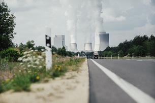 Smoke emitting from Boxberg Power Station smokestacks, Brandenburg, Germanyの写真素材 [FYI04324113]