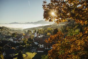 Sunny, idyllic scenic autumn view of townscape, Bad Kohlgrub, Bayern, Germanyの写真素材 [FYI04324115]