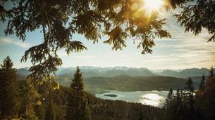 Scenic, idyllic view Walchensee lake and mountains, Bayern, Germanyの写真素材 [FYI04324119]