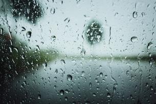 Raindrops on windowの写真素材 [FYI04324120]