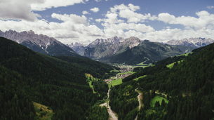 Scenic view majestic mountains and lush green valley, Drei Zinnen Nature Park, South Tyrol, Italyの写真素材 [FYI04324124]