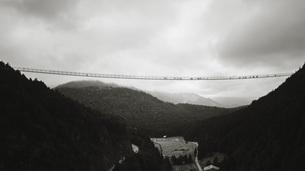 Highline 179 suspension bridge over landscape, Tyrol, Austriaの写真素材 [FYI04324155]