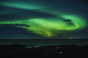 Mysterious Northern Lights over ocean, Reykjanesbaer, Icelandの写真素材 [FYI04324171]