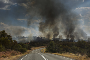 Forest fires burning in distance, East McDonnell Ranges, Alice Springs, Australiaの写真素材 [FYI04324191]