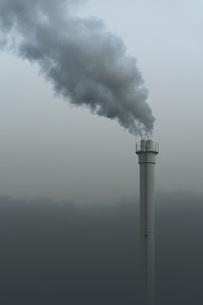 Smokestack emitting smoke, Neukoelln, Berlin, Germanyの写真素材 [FYI04324203]