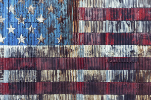 Vintage, rusted American flag painted on corrugated wallの写真素材 [FYI04324212]