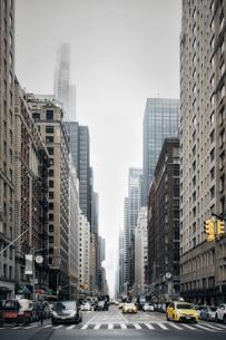 New York City street and buildings, Sixth Avenue, New York, USAの写真素材 [FYI04324213]