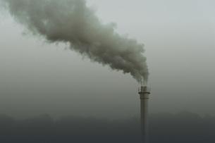 Smokestack emitting smoke, Neukoelln, Berlin, Germanyの写真素材 [FYI04324214]