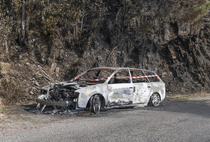 Burned car abandoned at roadsideの写真素材 [FYI04324217]