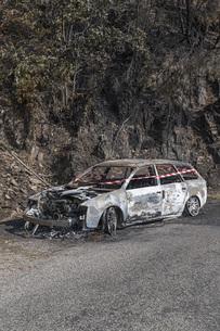 Burned car abandoned at roadsideの写真素材 [FYI04324227]