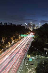 Long exposure cars driving along freeway, Los Angeles, California, USAの写真素材 [FYI04324238]