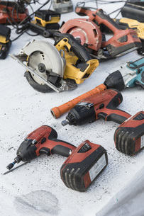 Power drills and saws on tableの写真素材 [FYI04324239]