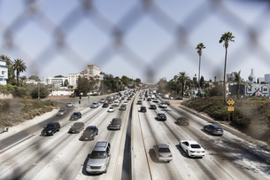 Cars driving along sunny freeway, Los Angeles, California, USAの写真素材 [FYI04324240]