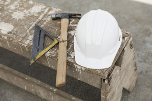 Hard-hat, hammer and ruler on benchの写真素材 [FYI04324243]