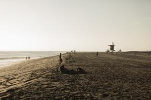 People relaxing on sunny beach, Newport Beach, Orange County, California, USAの写真素材 [FYI04324248]