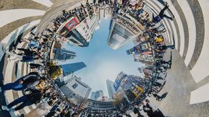 渋谷スクランブル交差点の360度風景写真の写真素材 [FYI04330424]