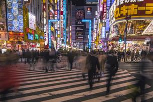 新宿歌舞伎町の夜景と行き交う人々の写真素材 [FYI04330431]