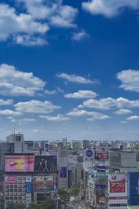 渋谷駅周辺のビル群と青空の写真素材 [FYI04330436]