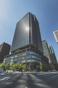 新丸ビルと青空の写真素材 [FYI04330451]
