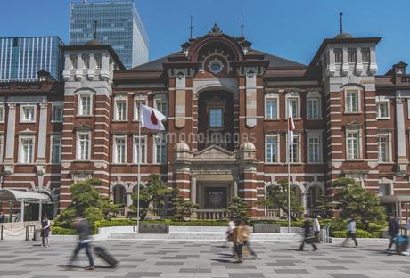 東京駅丸の内駅舎と行き交う人々の写真素材 [FYI04330453]