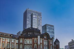 東京駅丸の内駅舎と高層ビルの写真素材 [FYI04330456]